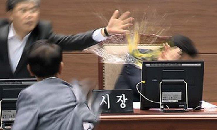 Councilman Kim Seong-il throws an egg to Changwon mayor Ahn Sang-soo