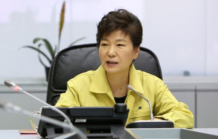 President Park Geun-hye is briefed about the sinking of ferry Sewol at a disaster response center at 5:15 p.m. on April 16, 2014. Park arrived at the center when nearly all of the ferry was submerged. Allegations have it that Park spent about 90 minutes having her hair styled at the presidential office before going to the center. / Korea Times file