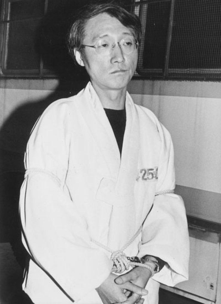 Tied up with rope, Ma Kwang-soo (1951-2017), the former professor of literature at Yonsei University and the author of the banned fictional work 'Happy Sara,' appears at the Seoul Central District Court on Dec. 2, 1992. He was arrested earlier that year while teaching a class at the university for 'creating and disseminating obscene materials' through his book. / Korea Times file photo