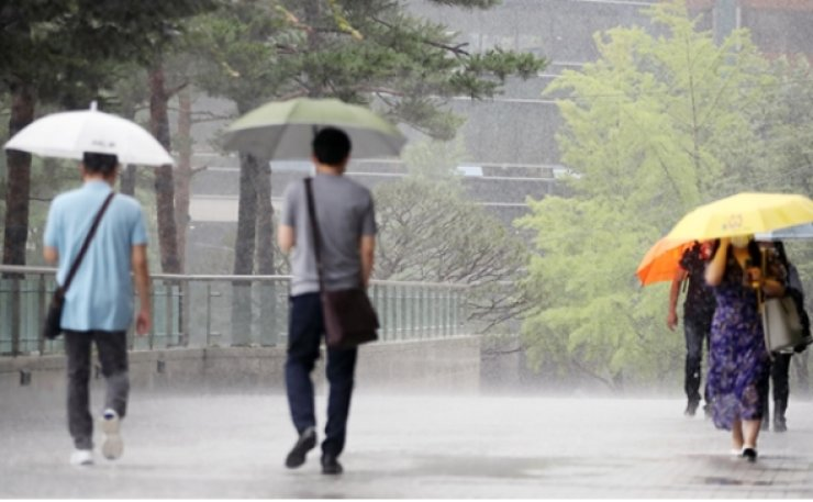 South Korea's weather agency issued heavy rain alerts for Seoul, its surrounding areas and other regions Saturday, putting the country's key disaster management body in an emergency mode. Yonhap