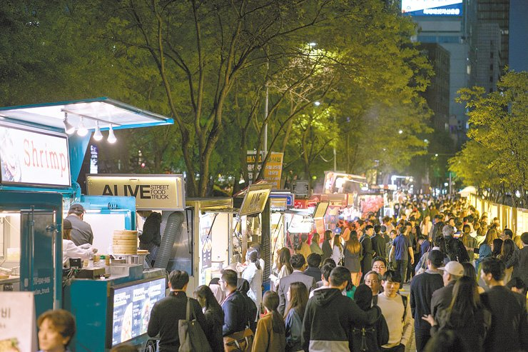 Citizens visit Bamdokkaebi Night Market in Seoul in this file photo from last year. / Courtesy of Seoul Metropolitan Government