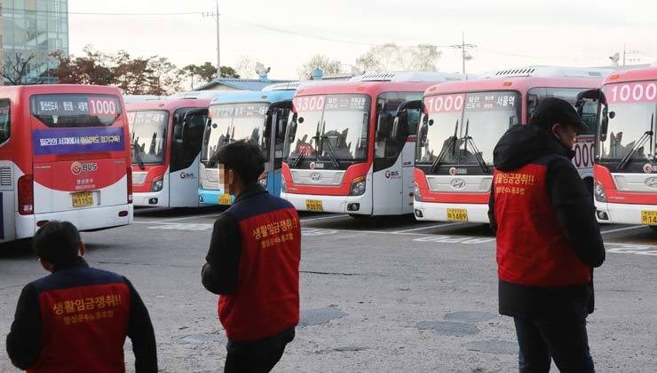 Buses are parked at the garage of Myungsung Transportation in Goyang, Gyeonggi Province, Tuesday, as the drivers went on strike in the morning after wage negotiations with the company failed. Some 270 buses operating on 20 routes went out of service. / Yonhap