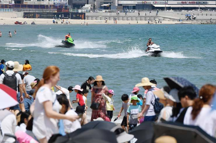 People enjoy Haeundae Beach in Busan, May 26. / Korea Times photo by Jeon Hye-won