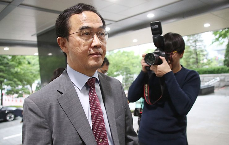 Unification Minister Cho Myoung-gyon enters his office building in Seoul, Wednesday, after  North Korea cancelled high-level inter-Korean talks unilaterally. / Yonhap