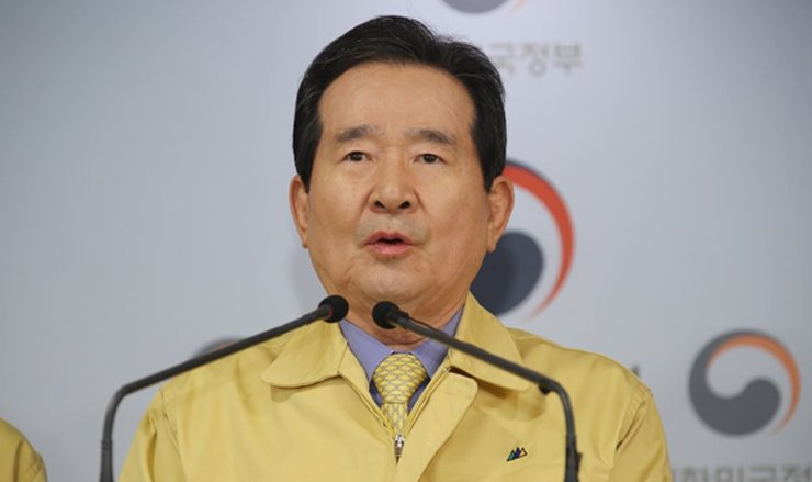 Prime Minister Chung Sye-kyun makes a public announcement on the government's 'social distancing' drive at the Seoul government complex, Saturday. Yonhap