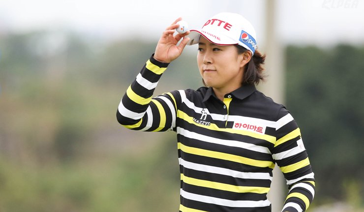 Kim Hae-rym greets the gallery during the World Ladies Championship in Hainan, China, in this Mar. 19 file photo. Lotte, Kim's main sponsor, could not promote itself at that time, as China's state-run broadcaster CCTV refused to show the Korean company's logo on her cap. / Courtesy of KLPGA
