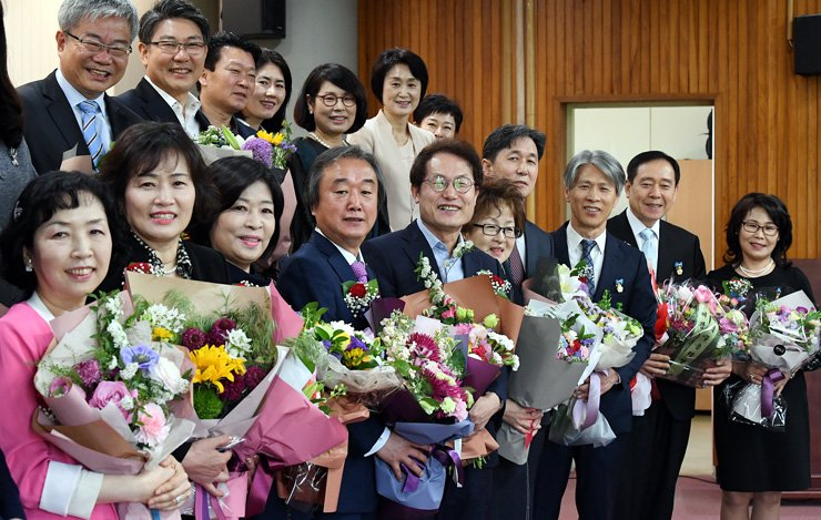 Seoul Metropolitan Office of Education Superintendent Cho Hee-yeon, front row fifth from left, poses with 'teachers of merit' at his office in Seoul, Tuesday, a day before Teachers' Day. A recent survey by the Korean Federation of Teachers' Association showed that most teachers say their morale is declining. / Korea Times photo by Koh Young-kwon