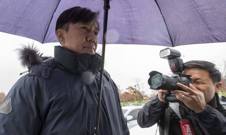 Former Justice Minister Cho Kuk walks to his car after visiting his wife Chung Kyung-sim at Seoul detention center in Uiwang, Gyeonggi Province, Friday. / Yonhap