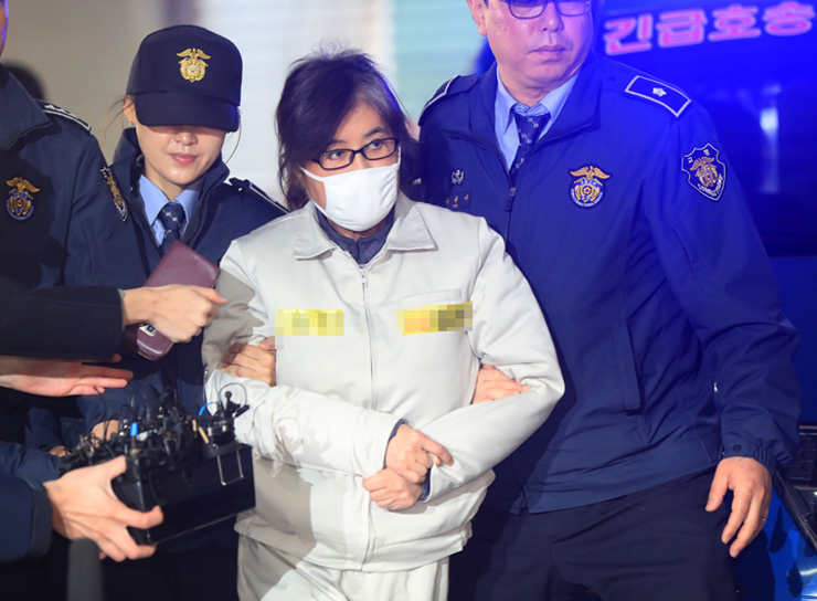 Park makes a third public apology on Nov.29, with a conditional offer to resign if the parliament arranges a stable power transfer. / Korea Times file