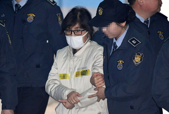 Choi Soon-sil attends the first preparatory hearing to be held at the Seoul Central District Court in southern Seoul. / Korea Times file