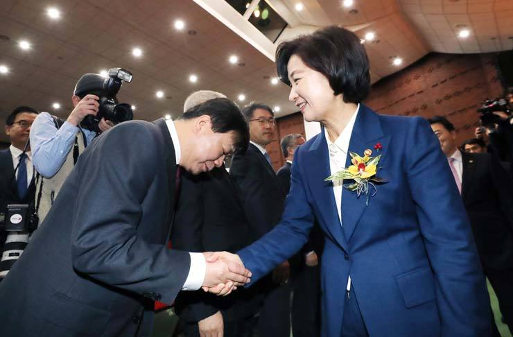New Justice Minister Choo Mi-ae, right, shakes hand with Bae Seong-beom, the head of the Seoul Central District Prosecutors' Office, during her inaugural ceremony at the government complex in Gwacheon, Gyeonggi Province, Friday. / Yonhap