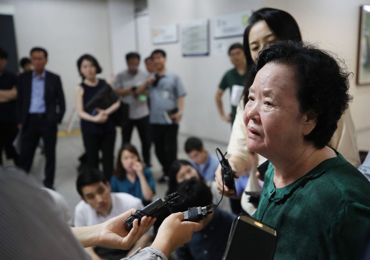 Lee Bok-soo, mother of 'Itaewon Murder' victim Cho Joong-pil, talks to reporters at Seoul District Court in southern Seoul, Thursday, after the court ordered the state to compensate her family for its improper investigation that left the case unsolved for 20 years. / Yonhap