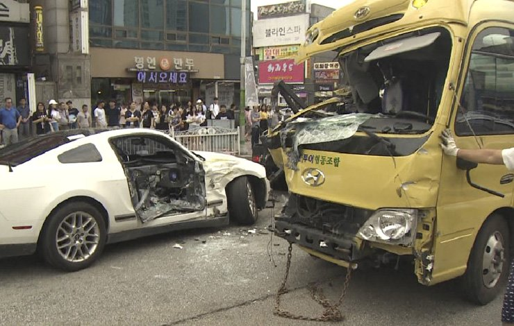 The vehicles destroyed from a string of collisions, Wednesday, at an intersection at Sachang-dong, Cheongju, North Chungcheong Province. The accident killed two and injured 10. / Yonhap