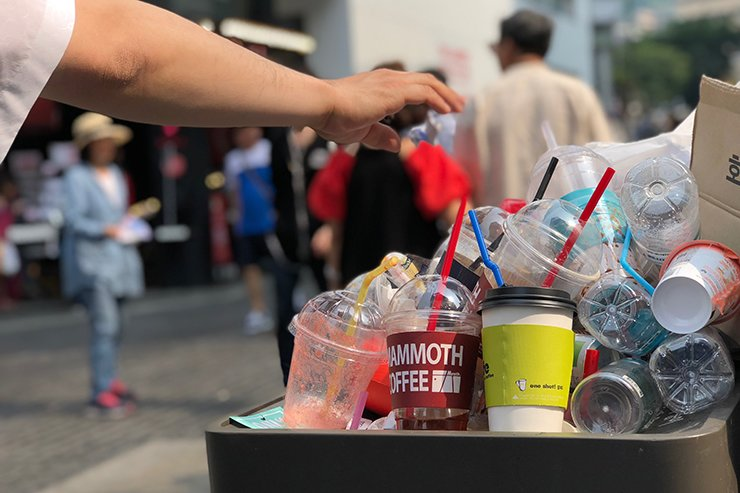 A trash can is filled with disposable plastic cups, bottles and trash. Korea Times photo by Choi Won-suk