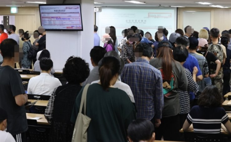 A crowd of people pack an employment welfare center to listen to a seminar in Seoul, Monday. Yonhap