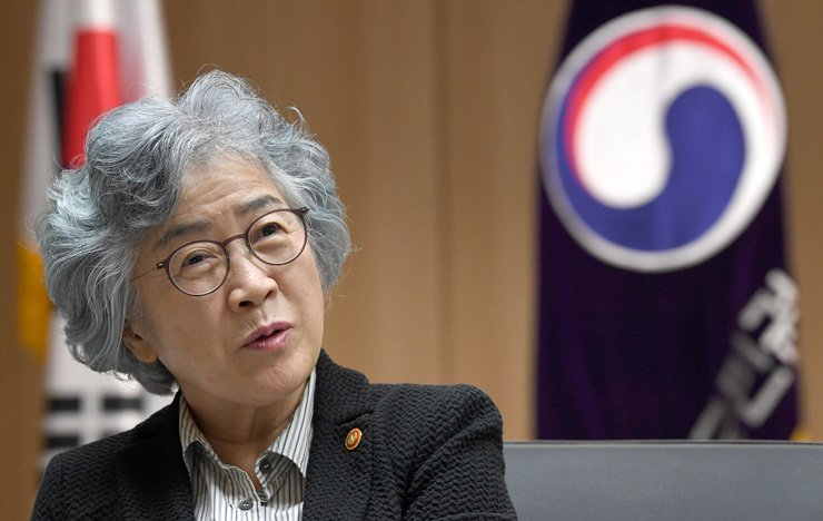 Park Un-jong, chairwoman of the Anti-Corruption and Civil Rights Commission (ACRC), speaks in an interview with The Korea Times and Hankook Ilbo at her office in Seoul on May 8. She underlined the need to build a culture of integrity across society to root out corruption. Korea Times photo by Seo Jae-hoon