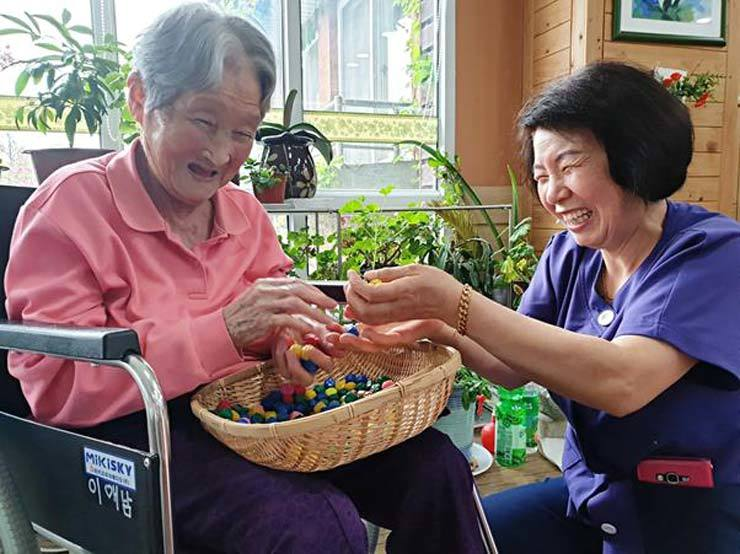 The cost of medical treatment for dementia patients has increased 48 percent to over 10 million won ($8,300) per year on average over the past five years, a recent study revealed Wednesday. / Courtesy of National Health Insurance Service