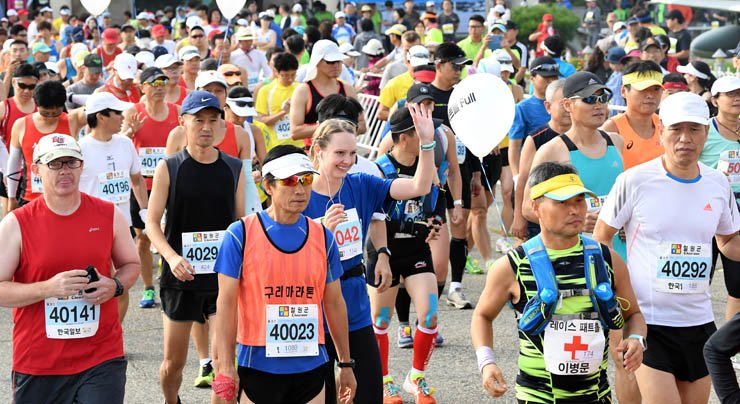 Around 5,000 participants, including 400 foreigners, participated in the 14th Cheorwon DMZ International Peace Marathon. The race is co-hosted by Cheorwon County and the Hankook Ilbo, the sister newspaper of The Korea Times. / Korea Times