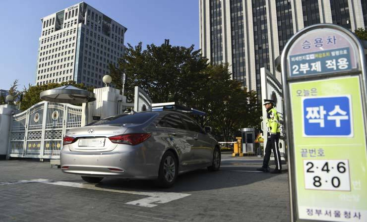 The Government Complex Seoul began operating an odd-even license number, driving rotation, Monday, as part of emergency measures ordered by the local metropolitan government to combat high levels of fine dust. / Korea Times file