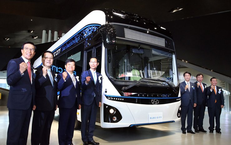 Hyundai Motor's commercial vehicle division president Han Seong-kwon, third from left, poses with Transport Vice Minister Choi Jeong-ho, fourth from left, and other guests during a ceremony to unveil the carmaker's first electric-powered bus, Elec City, at Hyundai Motor Studio in Goyang, Gyeonggi Province, Thursday. / Courtesy of Hyundai Motor