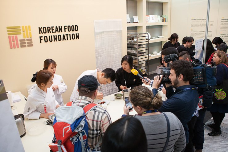 A chef cooks before reporters and spectators at a booth set up by the Korean Food Foundation during the 2017 Madrid Fusion Food Festival in Spain, Jan. 24. The foundation, affiliated with the Ministry of Agriculture, Food and Rural Affairs, took part in the global food fair to showcase a variety of Korean dishes using fermented soybean paste and other homegrown ingredients. / Courtesy of Ministry of Agriculture, Food and Rural Affairs