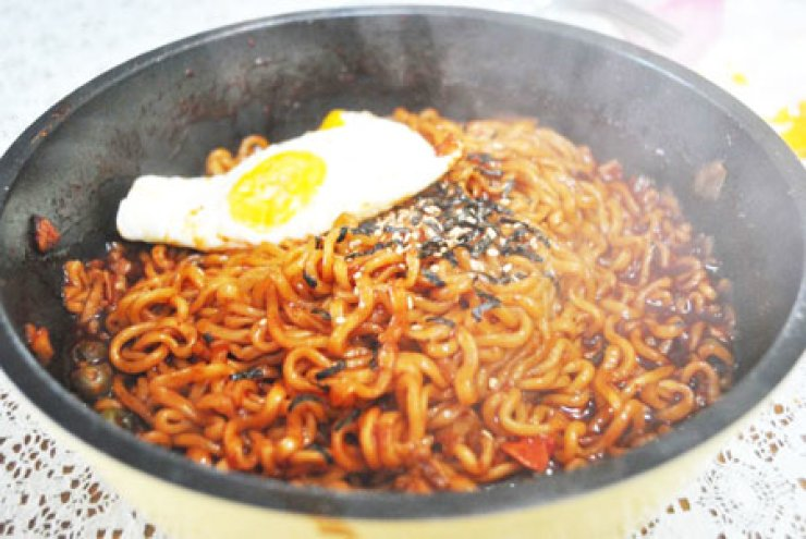 Brothless ramen, unlike stew-like traditional ramen dipped under broth, is cookable with various recipes in pan-frying or other method.