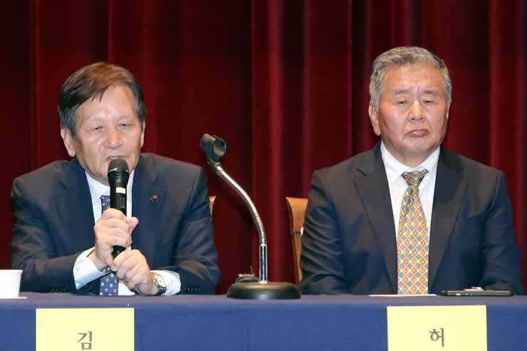 Kim Yong-chang, left, a former agent of the U.S. 501st military intelligence brigade, testifies during a civic gathering at the May 18 Memorial Culture Center in Gwangju, Tuesday, on the facts of the Gwangju Democratization Movement which started May 18, 1980. Seated to his right is another witness Heo Jang-hwan, a former investigator with the 505 security unit from that time. Yonhap