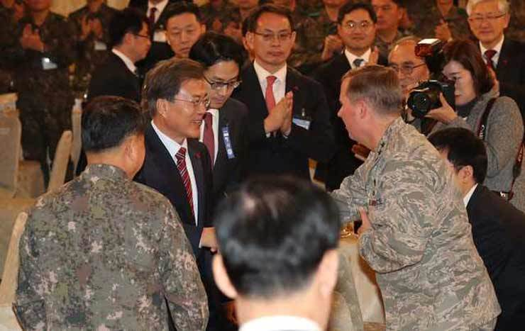President Moon Jae-in, second from left, shakes hands with Lt. Gen. Thomas W. Bergeson, commander of the Seventh Air Force, at a luncheon at Cheong Wa Dae in this Dec. 8, 2017 photo. Korea Times file