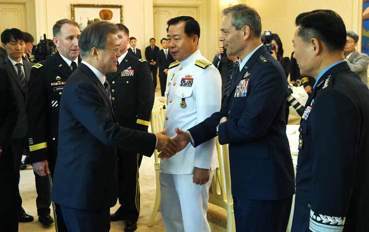 President Moon Jae-in shakes hands with U.S. Forces Korea (USFK) Deputy Commander Lt. Gen. Kenneth S. Wilsbach during a luncheon at Cheong Wa Dae, Tuesday, attended by military commanders of the U.S. and South Korea. On Moon's left is USFK chief Gen. Robert Abrams. At center is Adm. Sim Seung-seob, chief of South Korea's Naval Operations, and Air Force Chief of Staff Gen. Won In-choul is at right. Joint Press Corps