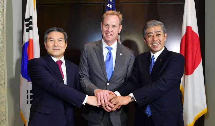 Defense Minister Jeong Kyeong-doo, left, acting U.S. Defense Secretary Patrick Shanahan, center, and Japanese Defense Minister Takeshi Iwaya hold a trilateral meeting in Singapore, Sunday, on the sidelines of this year's Shangri-La Dialogu hosted by the International Institute for Strategic Studies (IISS) from May 31 to June 2. Courtesy of Ministry of National Defense