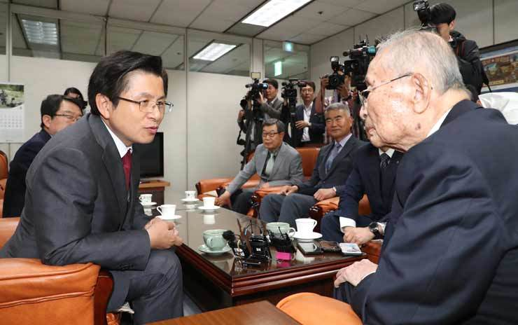 The main opposition Liberty Korea Party leader Hwang Kyo-ahn, left, meets with General Paik Sun-yup, 98, who served as a Republic of Korea army division and corps commander and army chief of staff during the 1950-53 Korean War, and who now serves as the chief consultant at the Institute for Military History under the Ministry of National Defense. The two met at Paik's office at the War Memorial of Korea in Yongsan-gu, Seoul, Monday. Yonhap