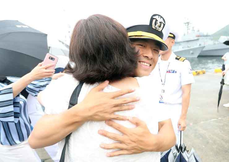 A Navy sailor hugs a family member at a sendoff ceremony for the Republic of Korea Navy Cruise Training Task Group, composed of ROKS Munmu the Great (DDH-976) and ROKS Hwacheon (AOE-59), as well as 630 Navy personnel including 140 cadets, at the port of Jinhae in Changwon, South Gyeongsang Province. The task group commenced a trip around the world Wednesday during which it will visit 14 ports in 12 countries over 143 days. The annual cruise training kicked off in 1954, and this year marked the 66th event. Yonhap