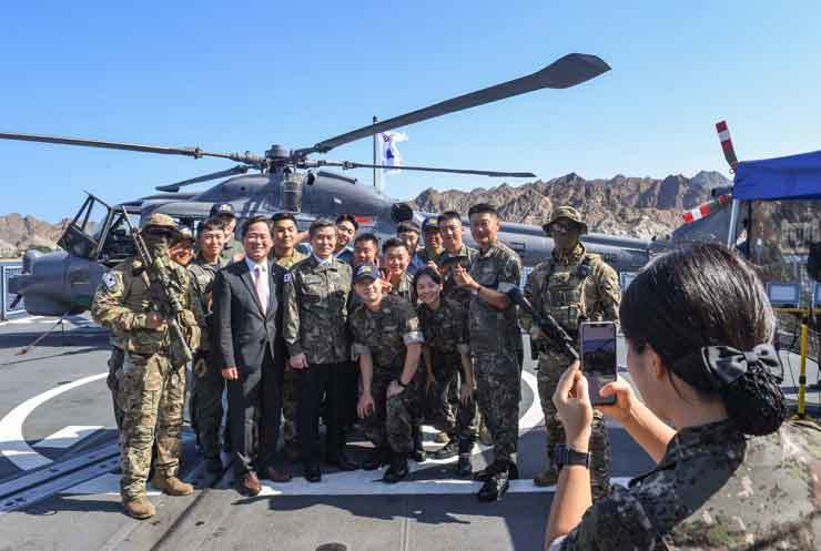 Defense Minister Jeong Kyeong-doo takes a photo together with service members of Cheonghae unit, South Korea's anti-piracy on its 30th rotation to the Gulf of Aden, during his visit to the unit in Port of Muscat, Oman, Tuesday (local time). Jeong was visiting Oman from Monday to Tuesday and held a bilateral meeting with his Omani counterpart Sayyid Badr bin Saud on Monday to discuss ways to strengthen defense ties between the two countries. Courtesy of Ministry of National Defense