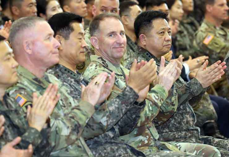 Military chiefs of South Korea and the United States attend a ceremony celebrating the 41st anniversary of the foundation of the Combined Forces Command, Thursday, at the U.S. Army Garrison Yongsan in Seoul. In the front from right are Joint Chiefs of Staff Chairman Gen. Park Han-ki, United States Forces Korea chief and commander of the U.S.-Republic of Korea Combined Forces Command (CFC) Gen. Robert Abrams and CFC Deputy Commander Gen. Choi Byung-hyuk. Yonhap