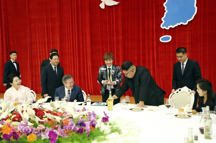 North Korean leader Kim Jong-un, third from right, participates in a magic show performed by South Korean magician Choi Hyun-woo, center, during a banquet at Mokran House in Pyongyang on Sept. 18. 2018. Courtesy of Cheong Wa Dae