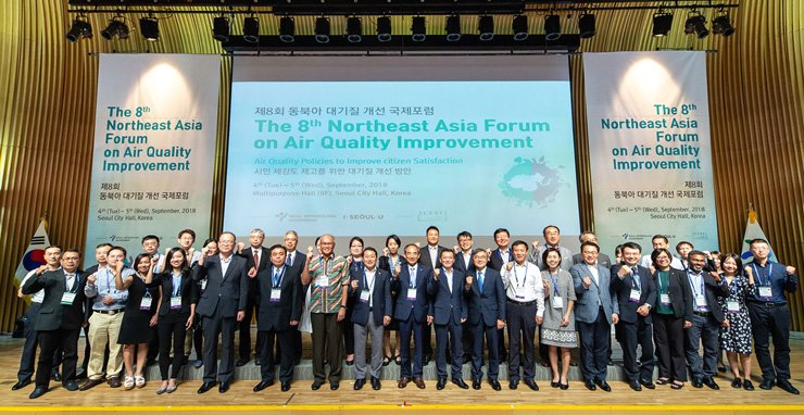 Participants pose for the picture during the opening ceremony of the  international forum on air quality improvement held at Seoul City in last September. / Courtesy of Seoul Metropolitan Government