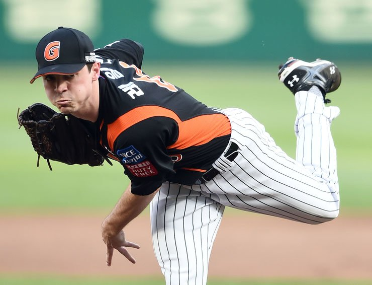 Lotte Giants starter Brooks Raley pitches during a game against the SK Wyverns in this June 7, 2016 Korea Times file photo.