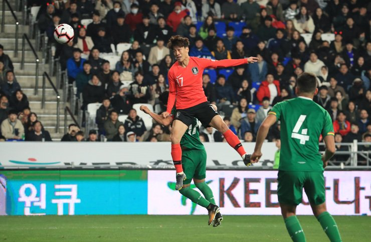Lee Chung-yong heads the ball to score a goal during a friendly match between Korea and Bolivia at Munsu Football Stadium in Ulsan, Friday. Korea won 1-0. / Yonhap