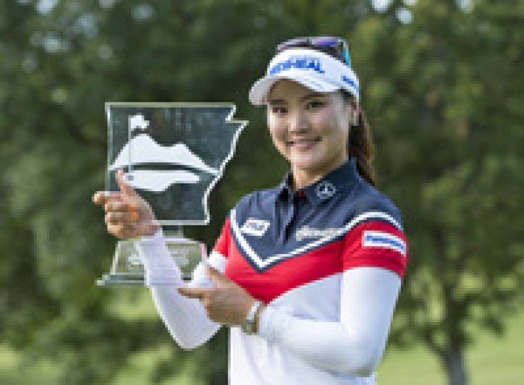 Ryu So-yeon holds her trophy after winning the NW Arkansas Championship at the Pinnacle Country Club in Arkansas, June 26. / Yonhap
