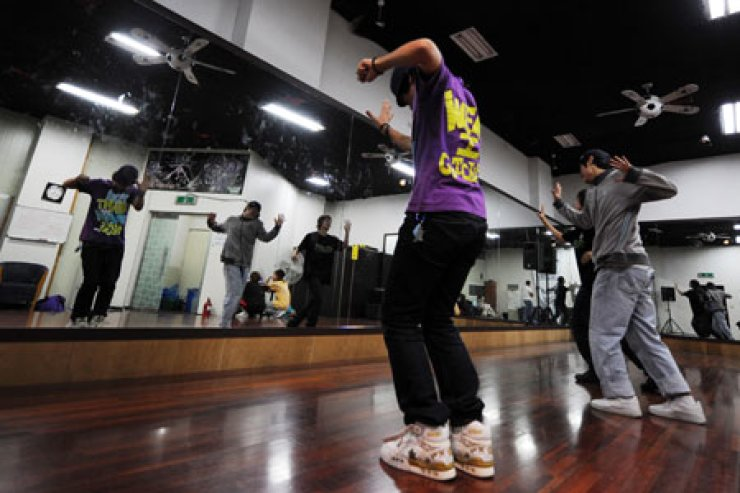 Apprentices of an entertainment agency dance at a practice room in Sincheon, southern Seoul, in this photo taken in 2009. Many singer and actor wannabes in Korea have found themselves exploited or maltreated by agency operators due to legal loopholes. / Korea Times file