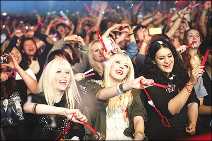 German fans sing along to Korean singer Kim Joon-soo at his concert in Oberhausen, Germany, last month. Extending the boom for Korean pop culture, commonly referred to as 'hallyu,' and firmly establishing cultural products as export items have been identified as a policy priority by Park Geun-hye, who will be sworn in as president today. Korea Times