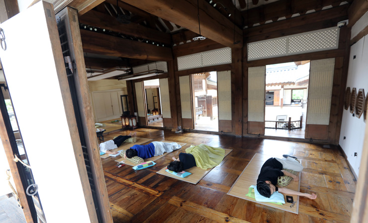 Traditional Korean Pillow : Pillow talk: Take a nap at a luxury hanok in Seoul