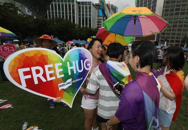 In this July 15 file photo, a Seoul Queer Parade participant who claims to support the Rael movement ― a UFO religion that teaches life on Earth was created by an extraterrestrial species ― offers a free hug at Seoul Plaza. Korea Times file