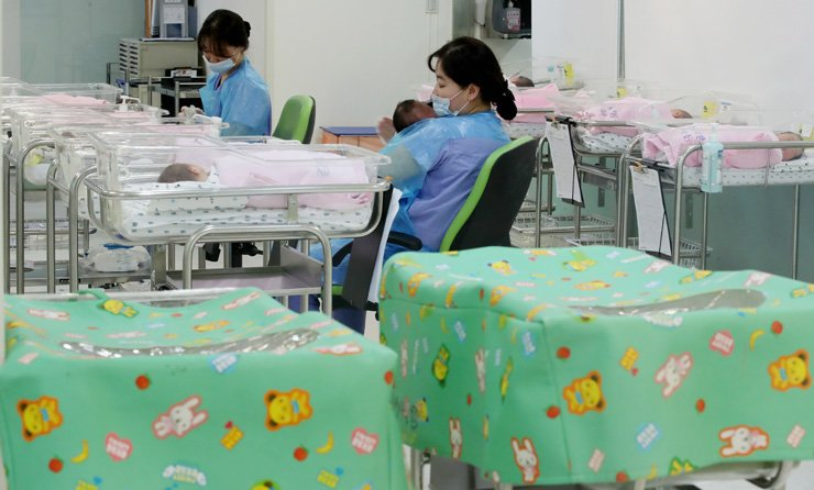 Korea's total fertility rate is estimated at 0.96 to 0.97 for 2018, according to the Presidential Committee on Aging Society and Population Policy. / Korea Times files