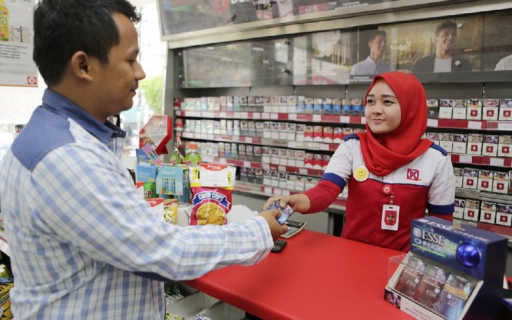 A customer buys a pack of KT&G cigarettes at a convenience store in Indonesia. / Courtesy of KT&G