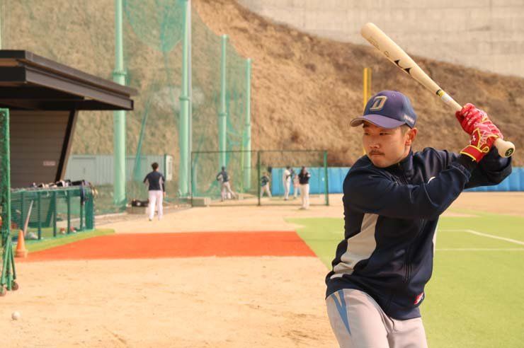 Yu Ji-chang, a center fielder of the independent baseball club Yeoncheon Miracle, is poised to hit a pitch at Yeoncheon Baseball Park on Monday in the namesake border county near North Korea. / Korea Times