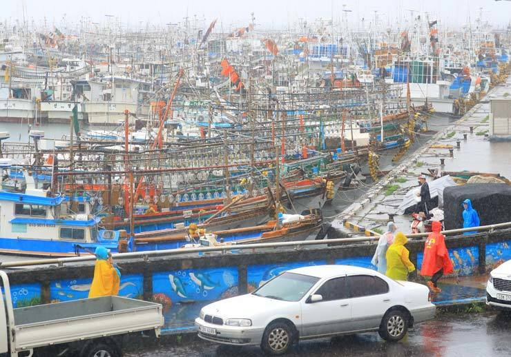 Fishing boats are moving to the Jeju Island port in Hallim in preparation for Typhoon Danas, which is expected to hit the island on Saturday morning. / Yonhap