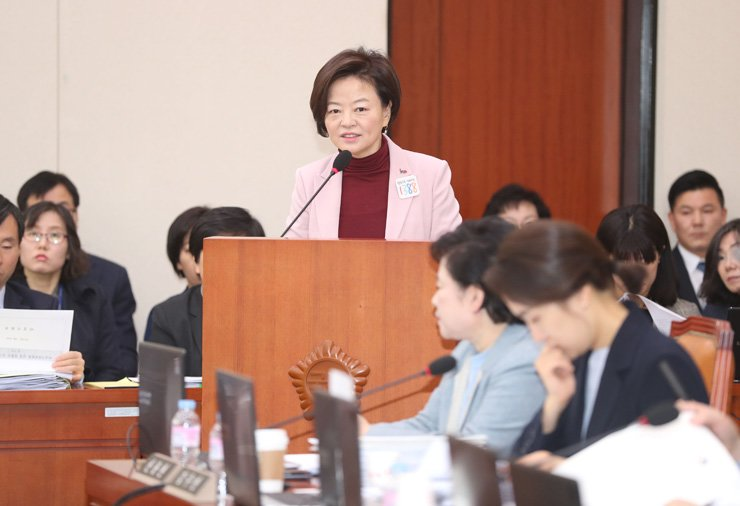 Minister of Gender Equality and Family Jin Sun-mee  makes her work report at the Gender Equality and Family Committee general meeting at National Assembly on Yeouido in Seoul, last Friday. Yonhap