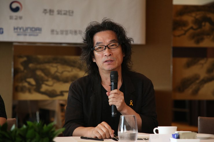 Calligrapher Kang Byung-in speaks at the Hyatt Hotel in Seoul, Tuesday, after being awarded the grand prize in a photo and video contest hosted by the Corea Image Communication Institute (CICI). Courtesy of CICI