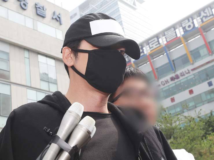 Actor Kang Ji-hwan is taken from Bundang Police Station in Seongnam, Gyeonggi Province, Thursday, as he is being referred to the prosecution on suspicion of sexual assault. / Yonhap